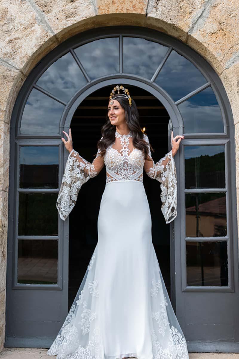 Mireia con traje de novia en la entrada de la masia