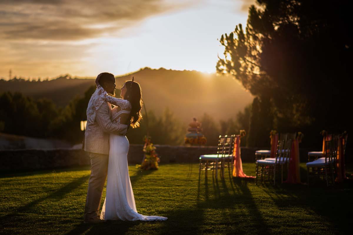 Cédric y Mireia en el jardín abrazándose con los rallos de sol del atardecer