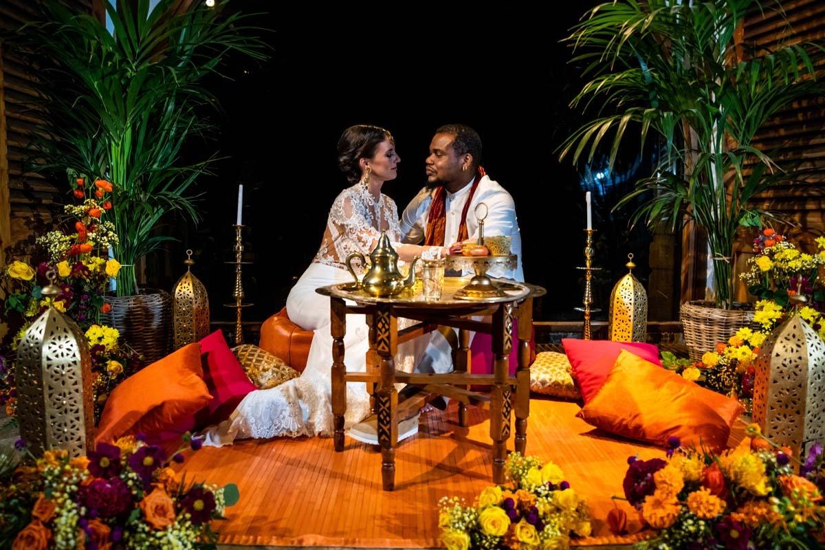 Cédric y Mireia en una sala decorada con flores y motivos arabescos